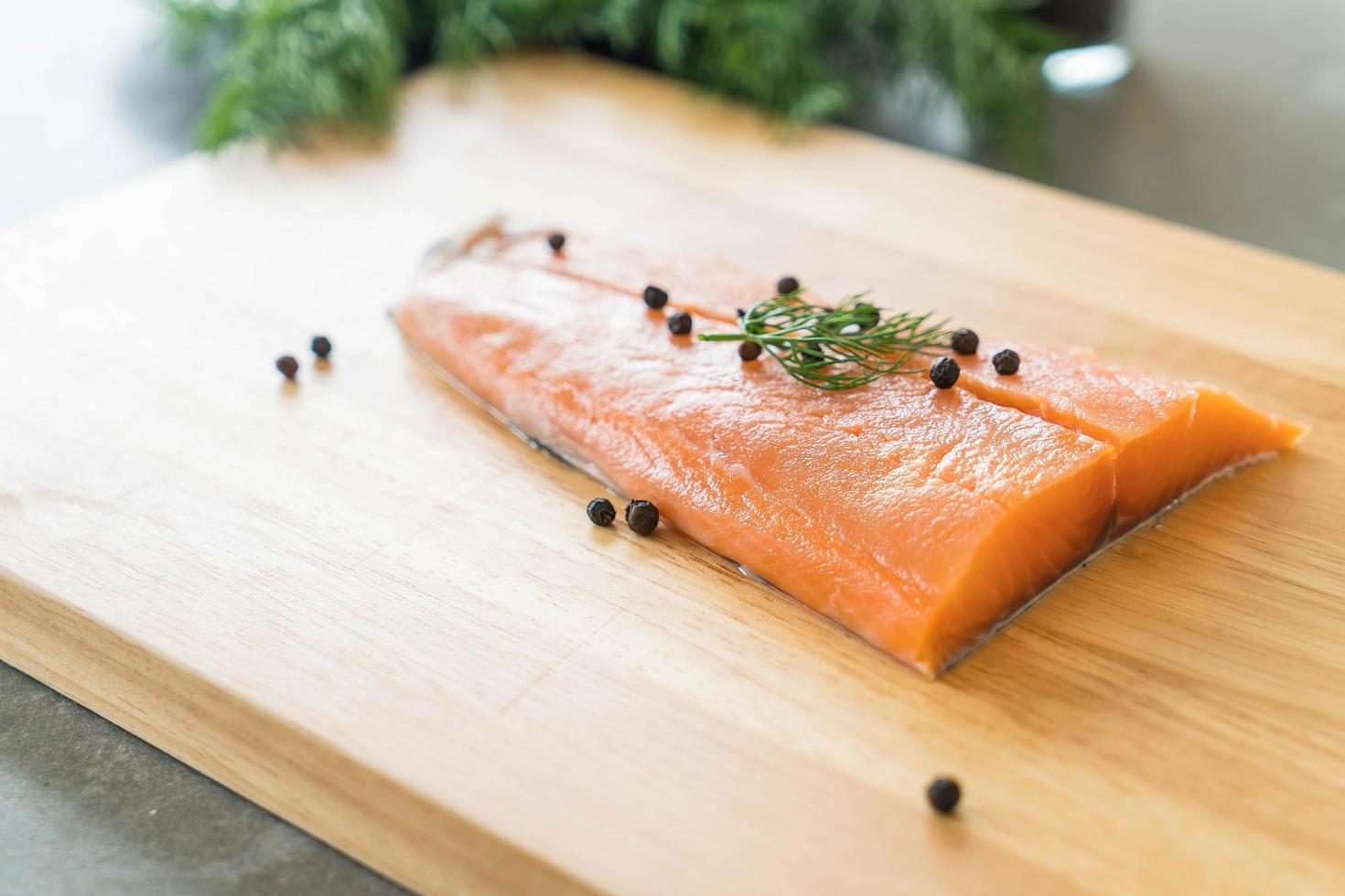 filé de salmão na tábua foto
