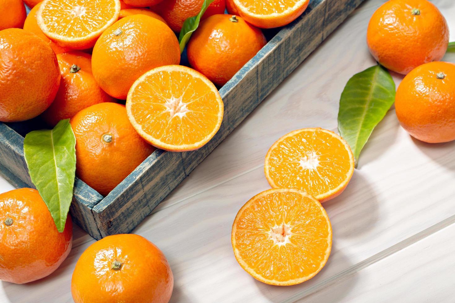 tangerinas frescas em uma caixa foto
