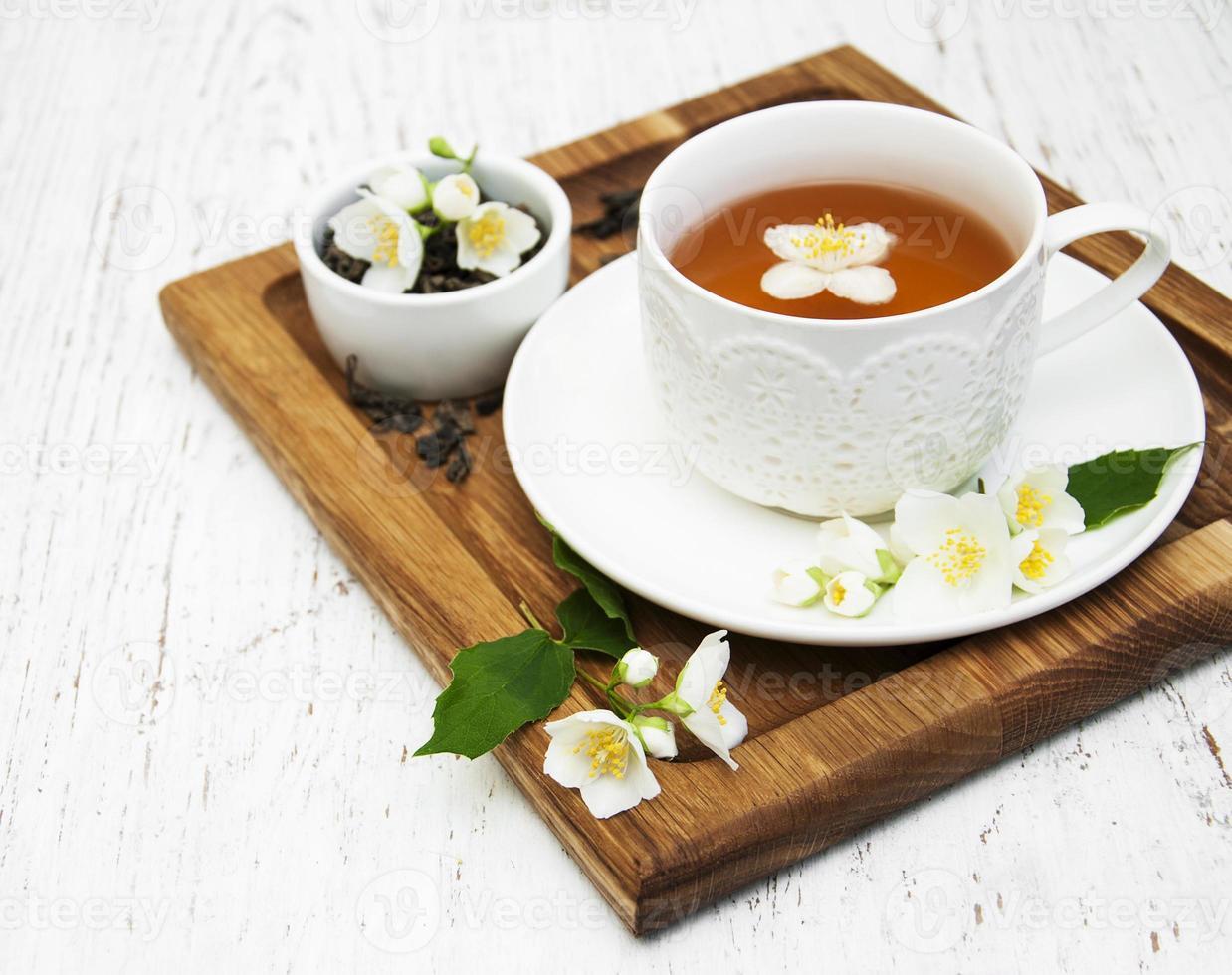 xícara de chá com flores de jasmim foto