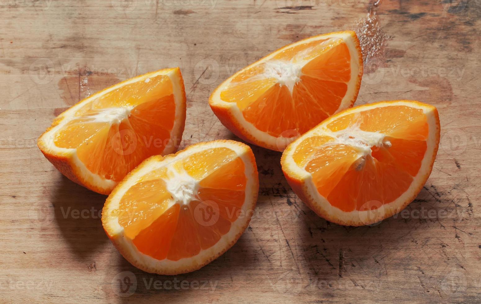 laranja em uma placa de madeira foto