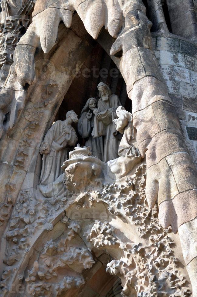 os detalhes arquitetônicos do presépio da sagrada família barcelona espanha foto