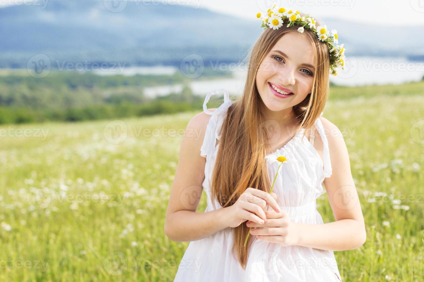 menina bonita criança no campo de camomila foto