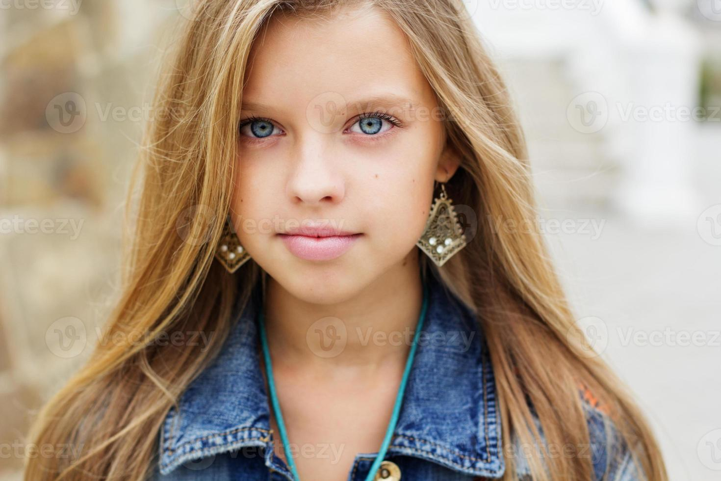 retrato de menina bonita de olhos azuis foto