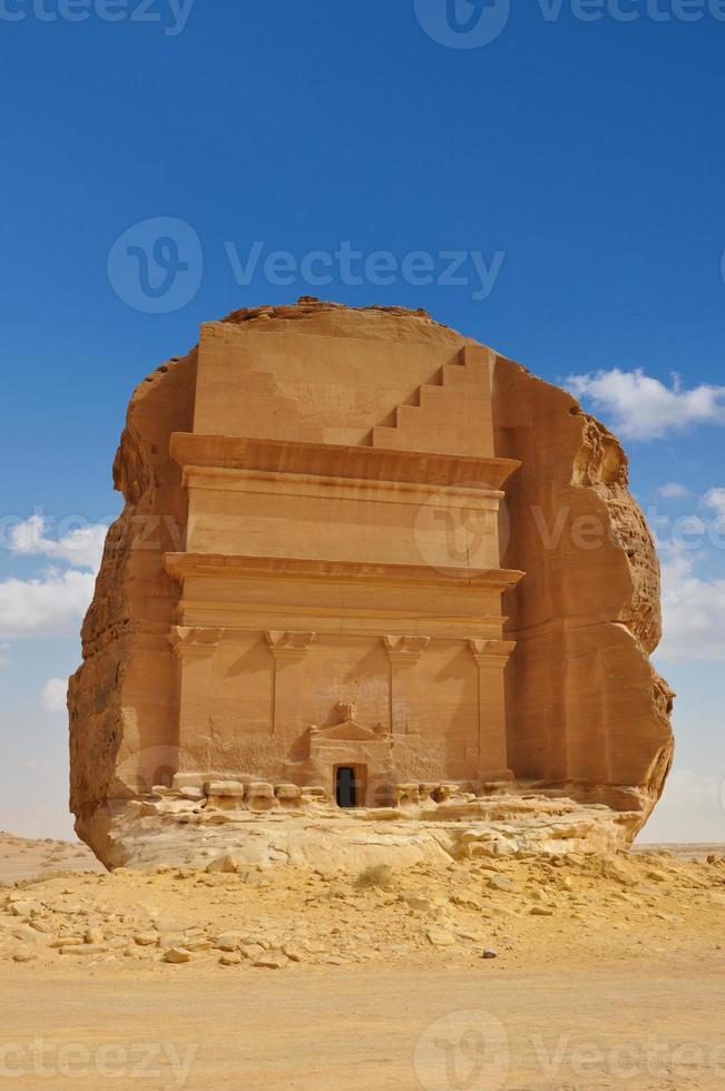 tumba em sítio arqueológico paisagem desértica foto