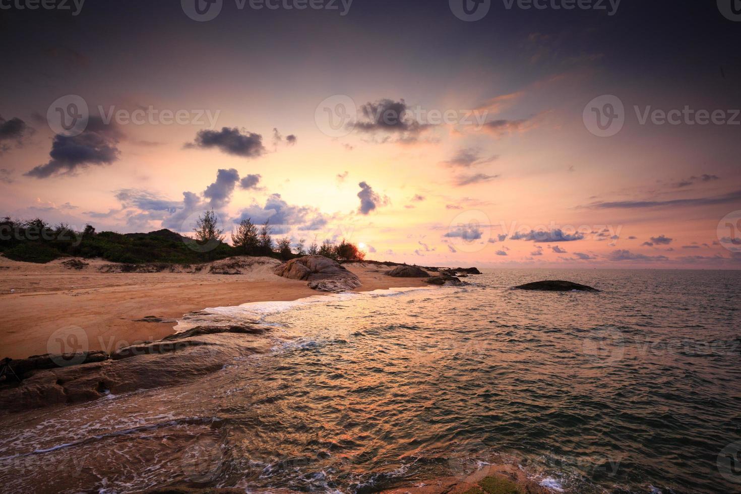 nascer do sol na praia deserta foto