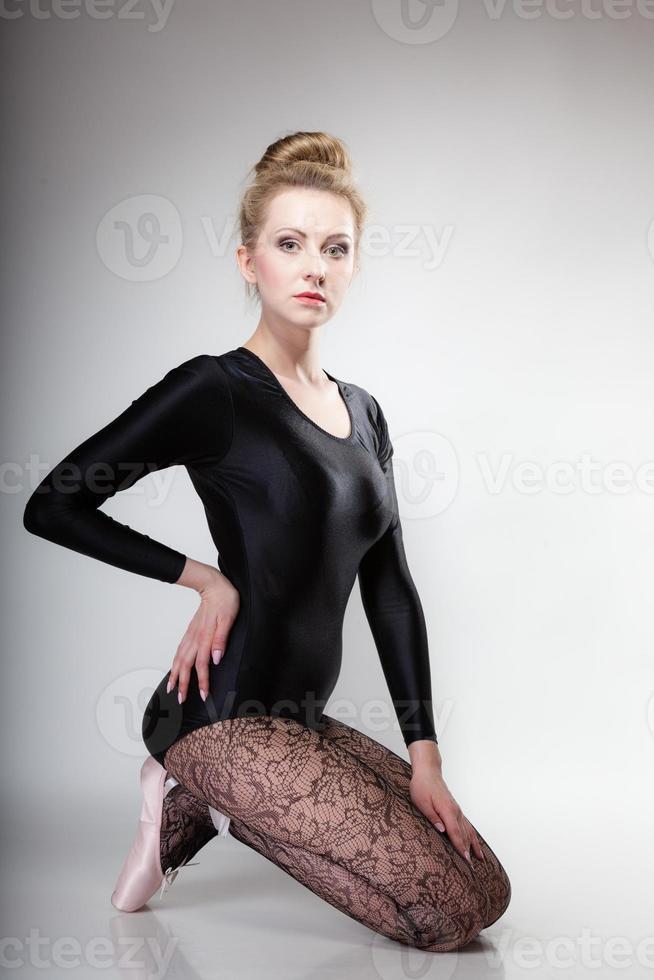 dançarina de balé feminino de estilo moderno de corpo inteiro em cinza foto