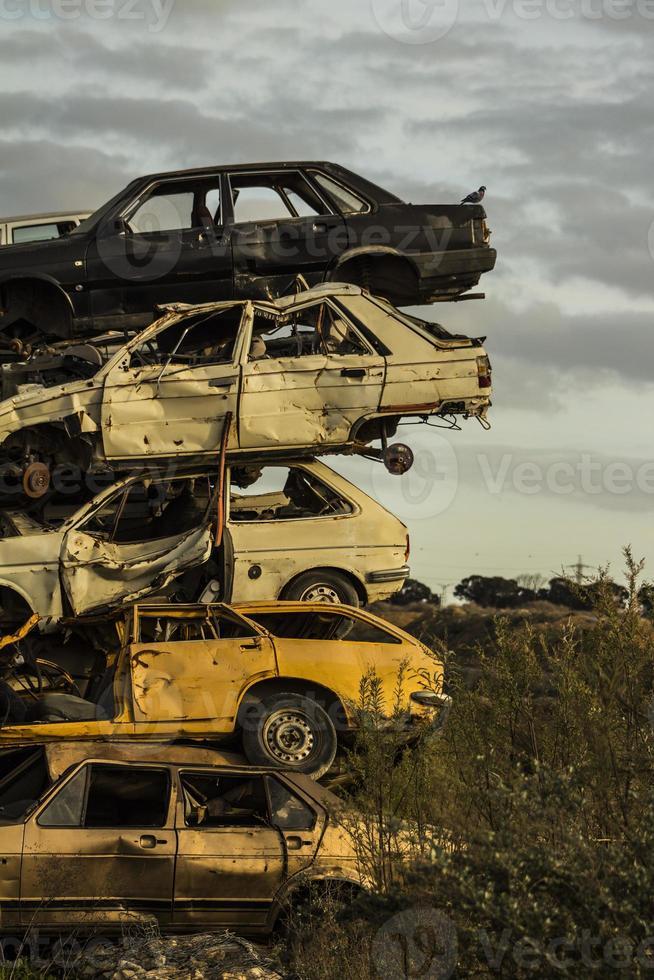 restos de carros enferrujados danificados foto