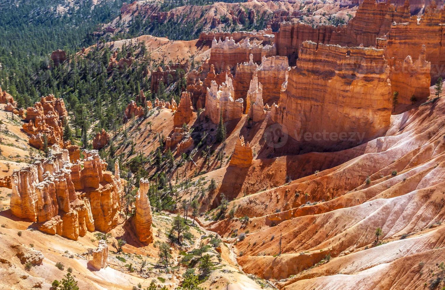 rochas e hoodos por erosão no parque nacional de bryce canyon foto