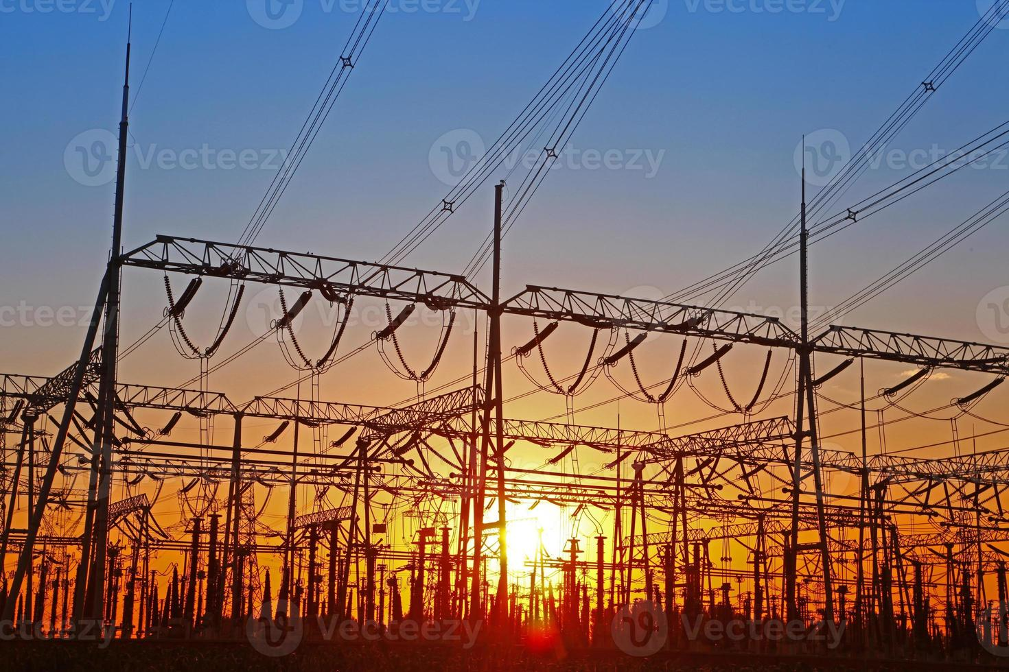fio de energia elétrica ao pôr do sol foto