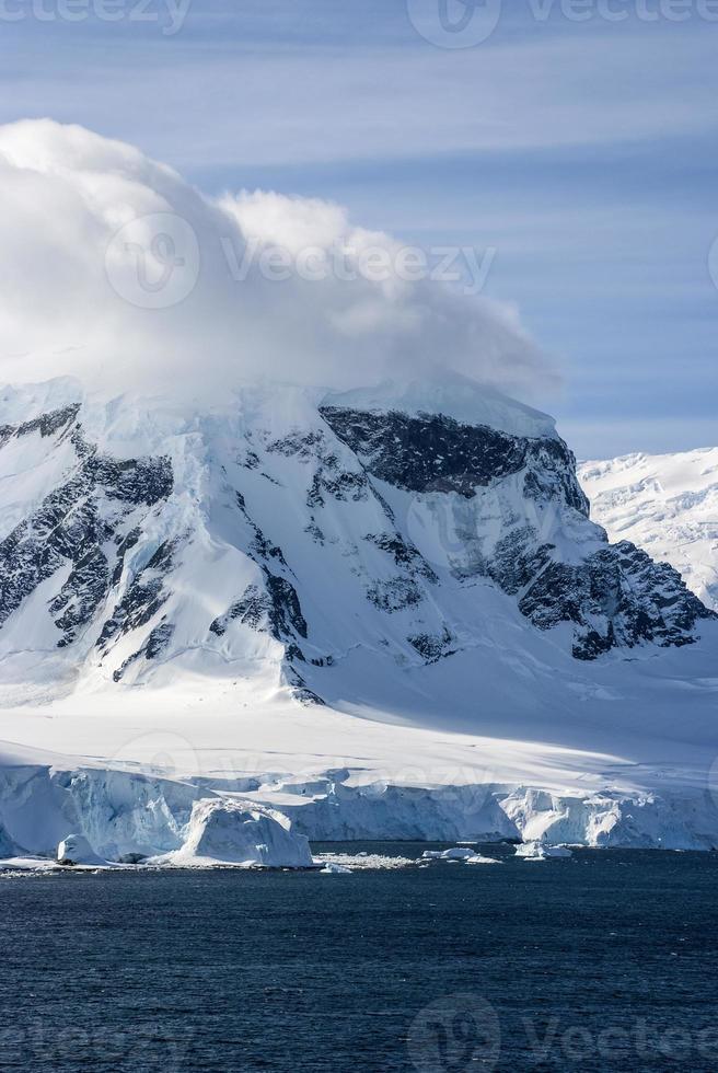 Antártica - paisagem de conto de fadas em um dia ensolarado foto