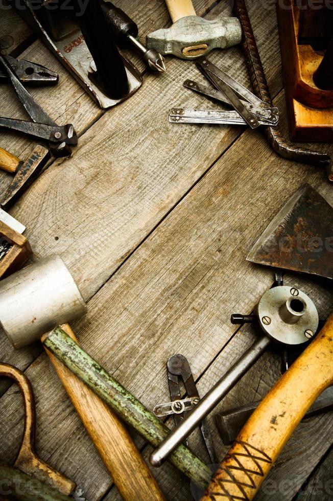 ferramentas de trabalho vintage em fundo de madeira foto