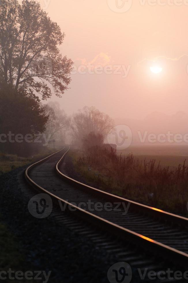 ferrovia durante a manhã nublada de outono foto