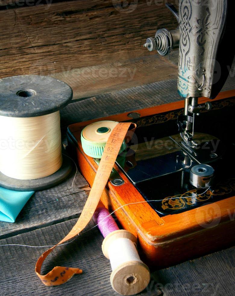 a máquina de costura e ferramentas. foto