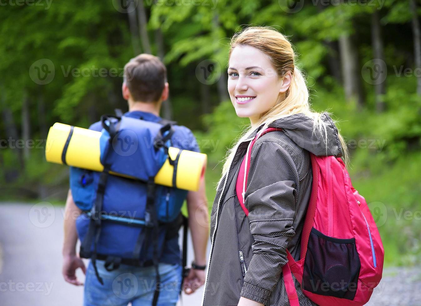 caminhantes na floresta foto