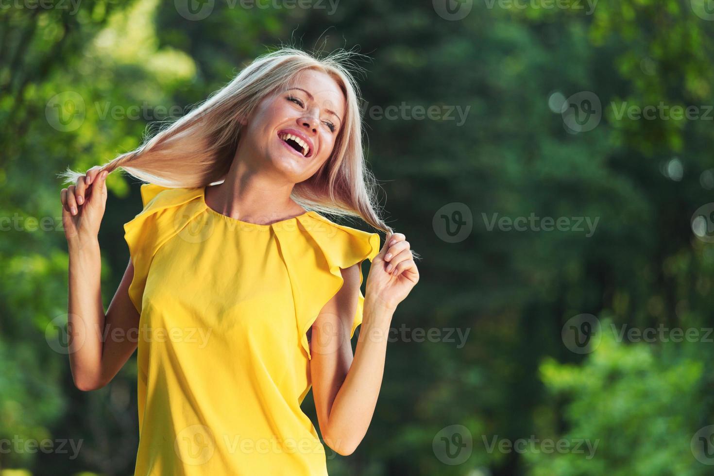 mulher feliz na floresta foto