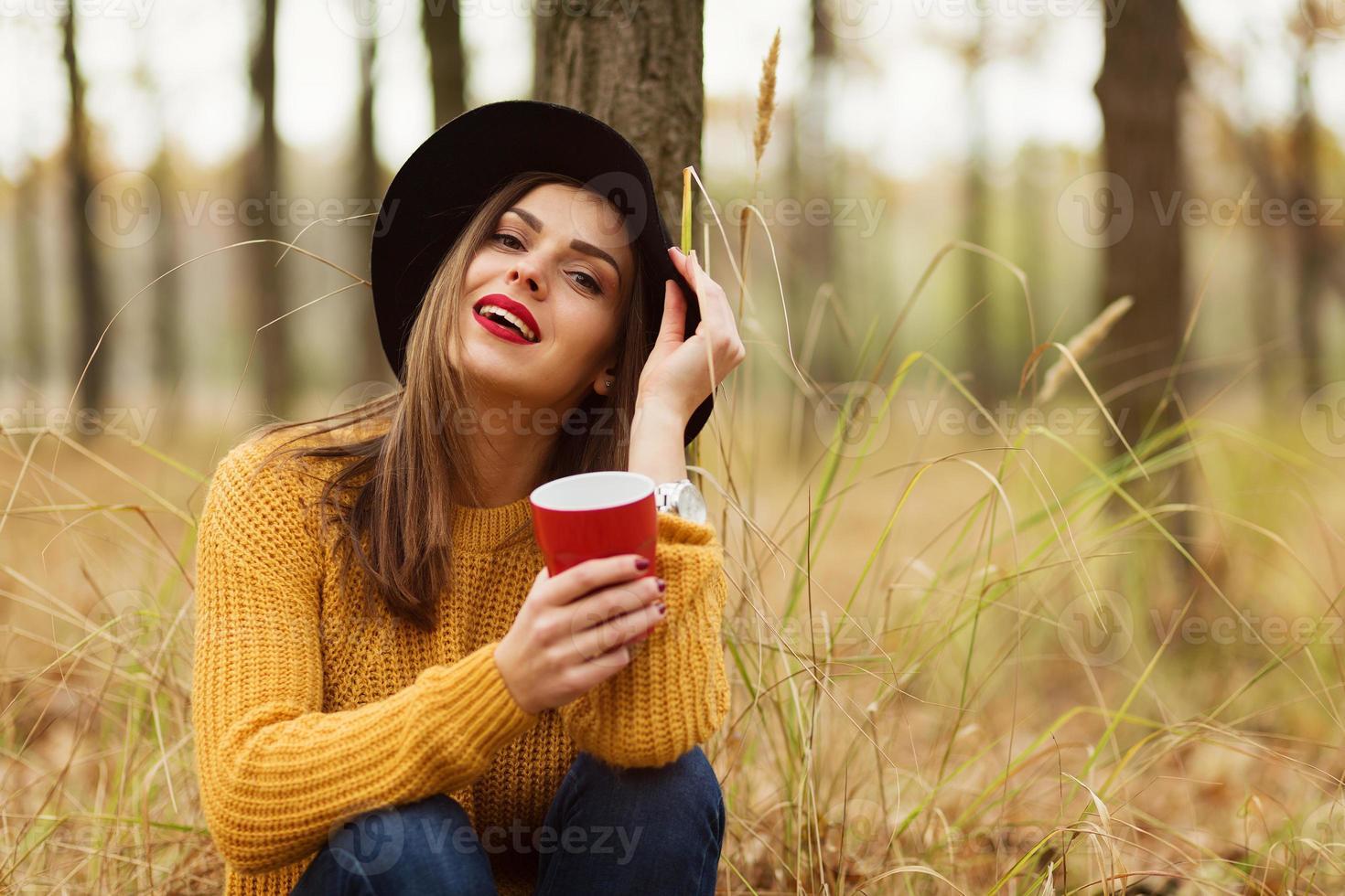menina na floresta foto