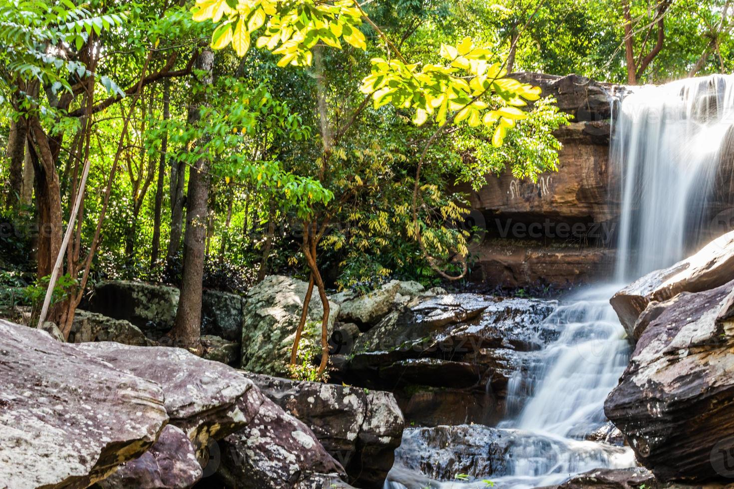 cachoeira tropical na floresta tropical foto