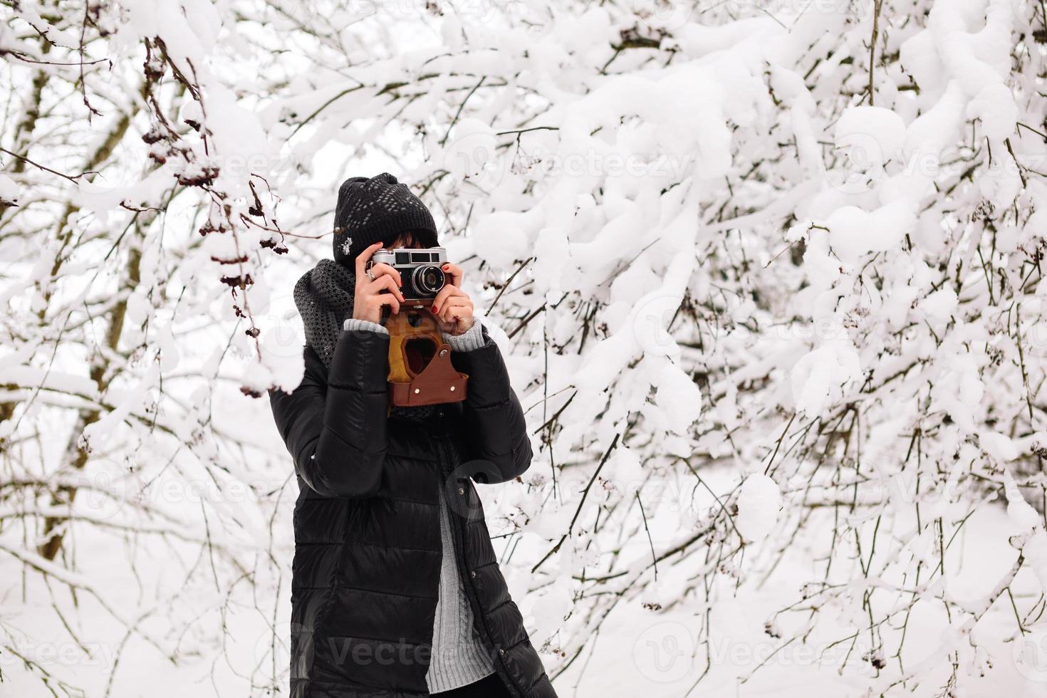 menina fotografada na floresta de inverno foto