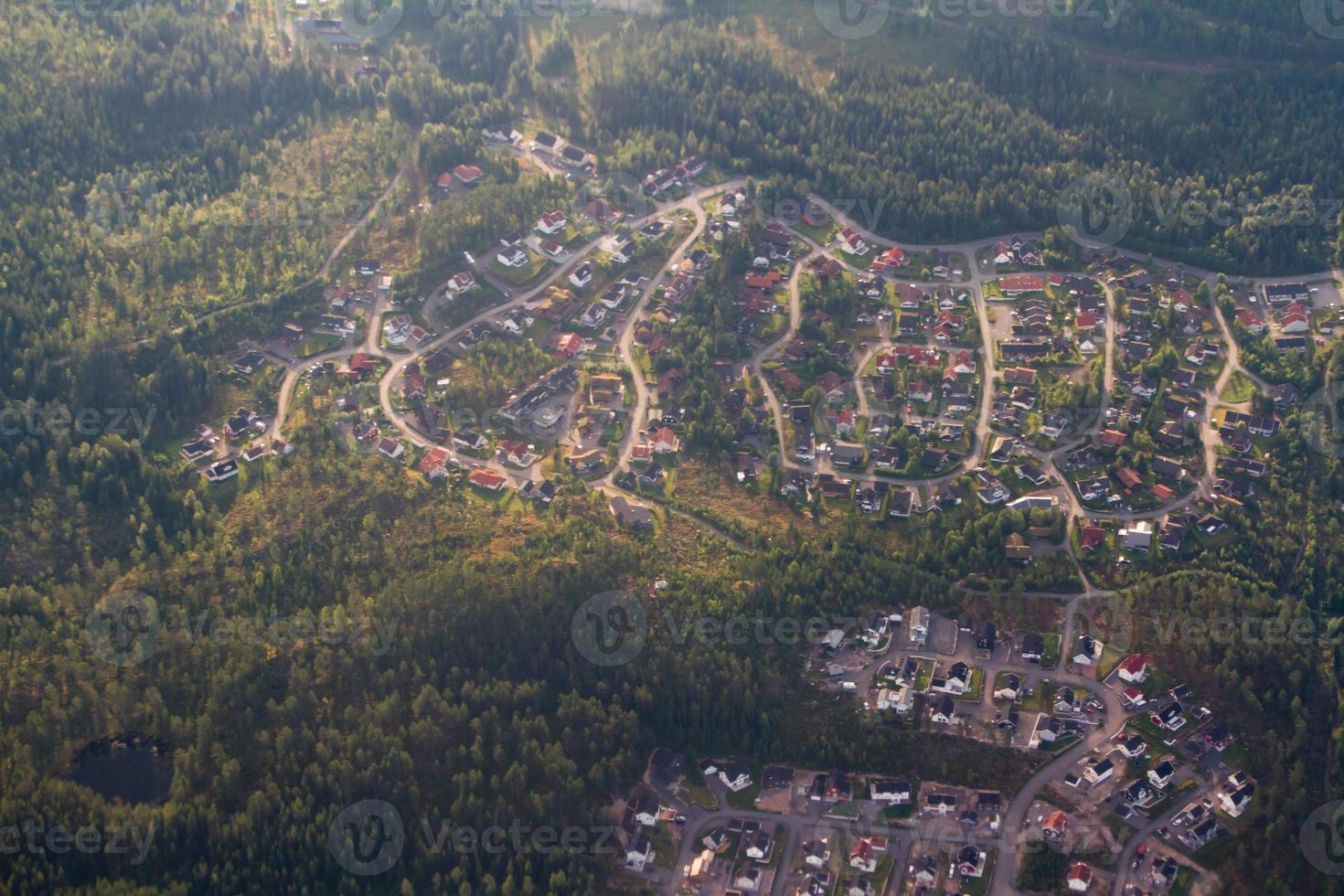 pequena cidade cercada por uma floresta. foto