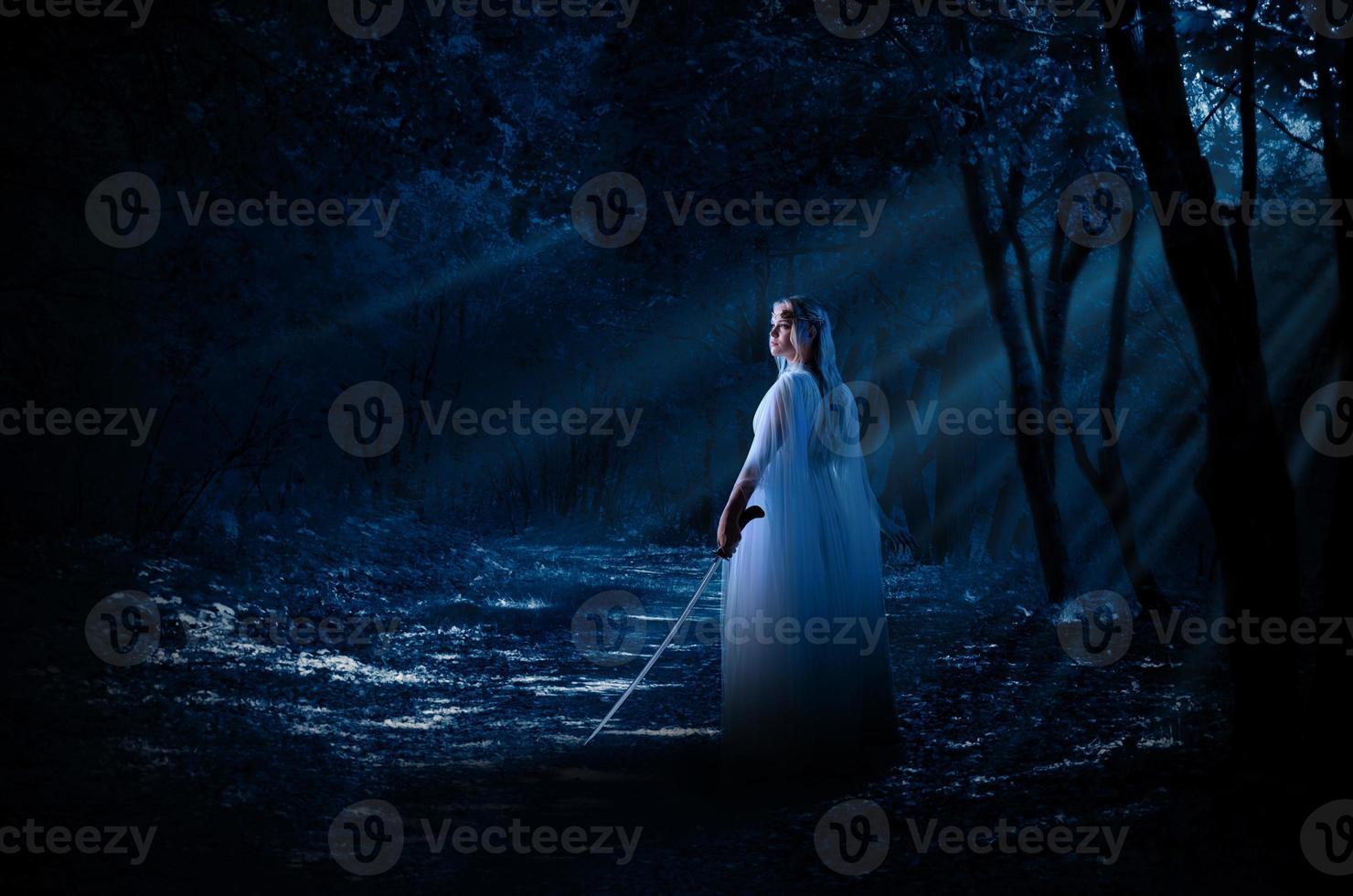 menina élfica com espada na floresta à noite foto
