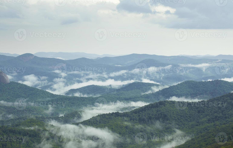 nevoeiro subindo dos vales após a chuva nas montanhas apalaches do sul foto