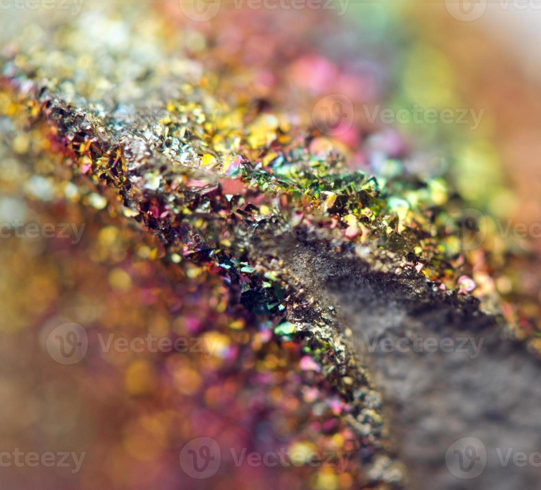 fundo fantástico, magia de uma pedra, arco-íris em rocha de metal foto