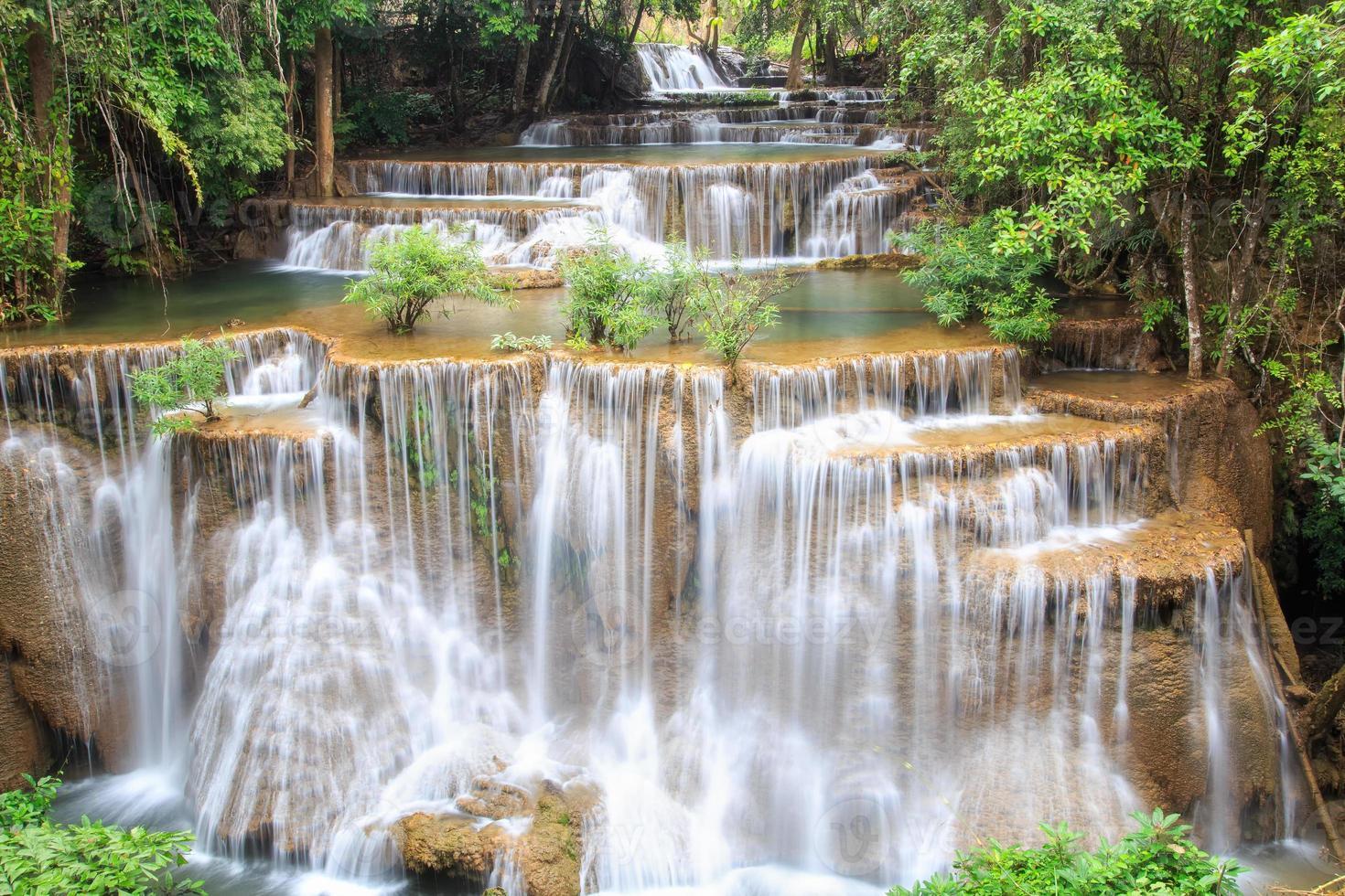 cachoeira huai mae khamin em floresta densa foto