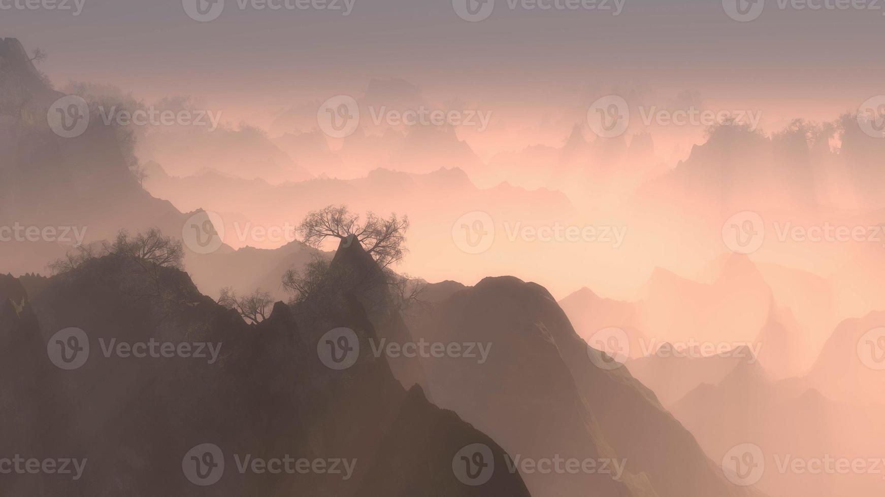picos de montanhas arborizadas com névoa ao amanhecer foto