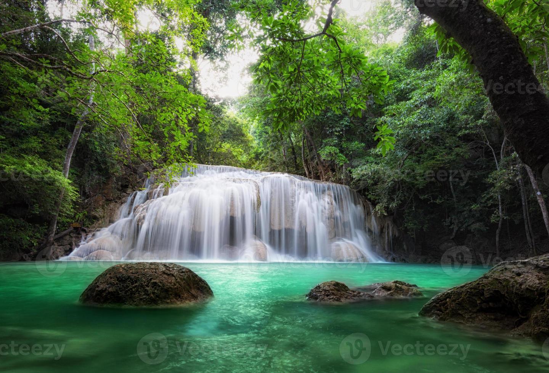 cachoeira na floresta tropical. fundo da bela natureza foto