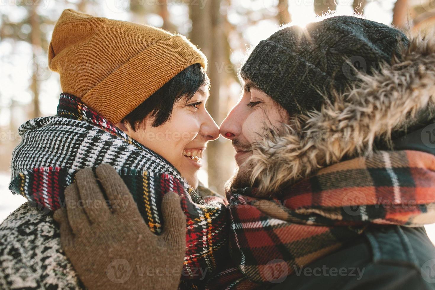 casal jovem hippie se divertindo na floresta de inverno foto