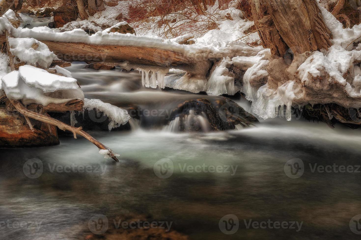 pingentes de gelo sobre a água foto