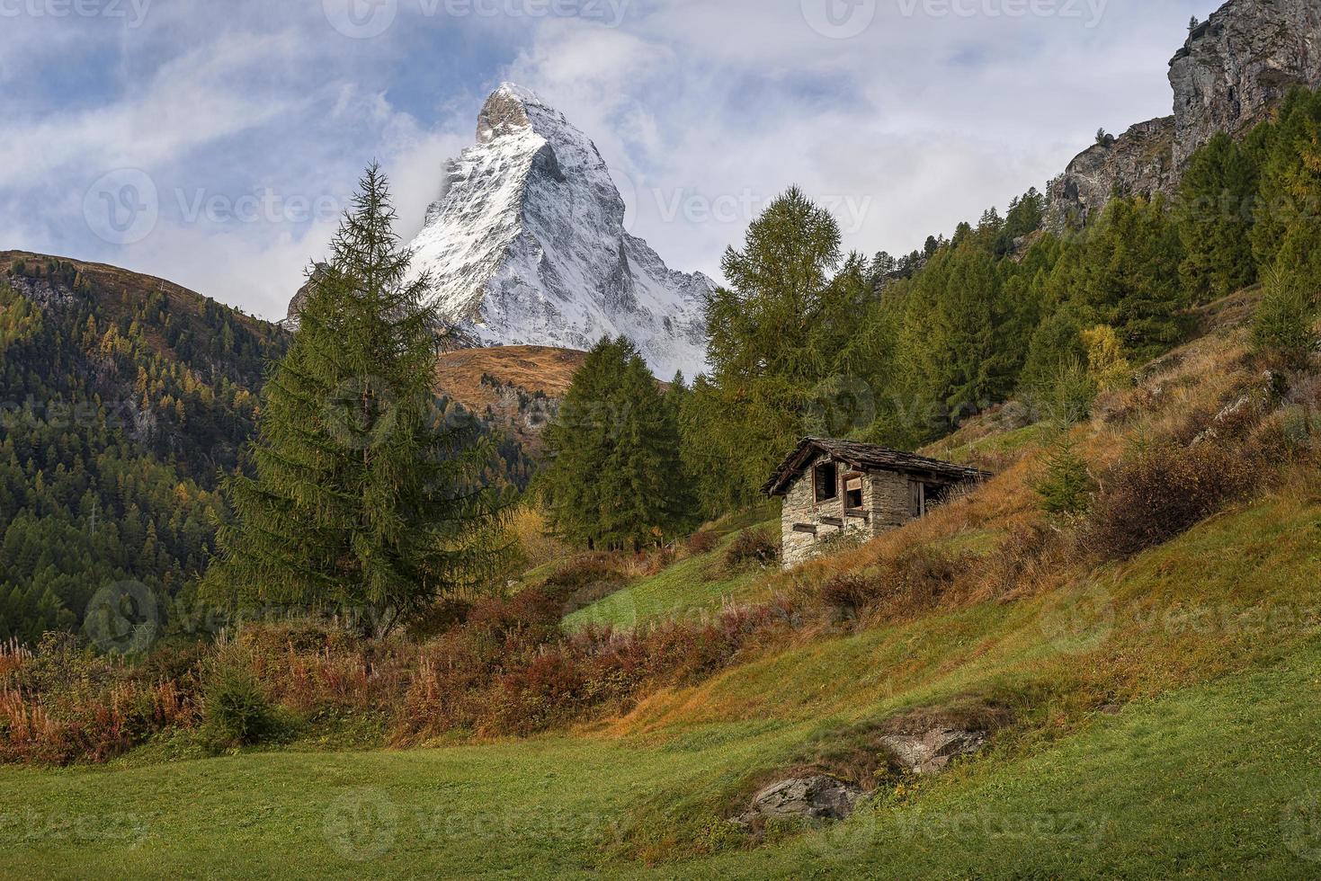 cabana na montanha suíça foto