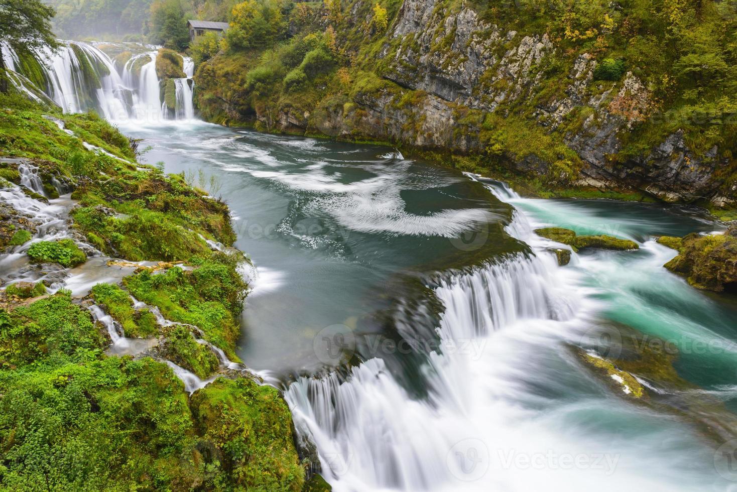 cachoeira de strbacki buk no rio una, bósnia e herzegovina foto