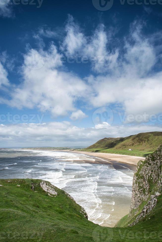 bela paisagem de verão da península de gower da praia da baía de rhosilli foto