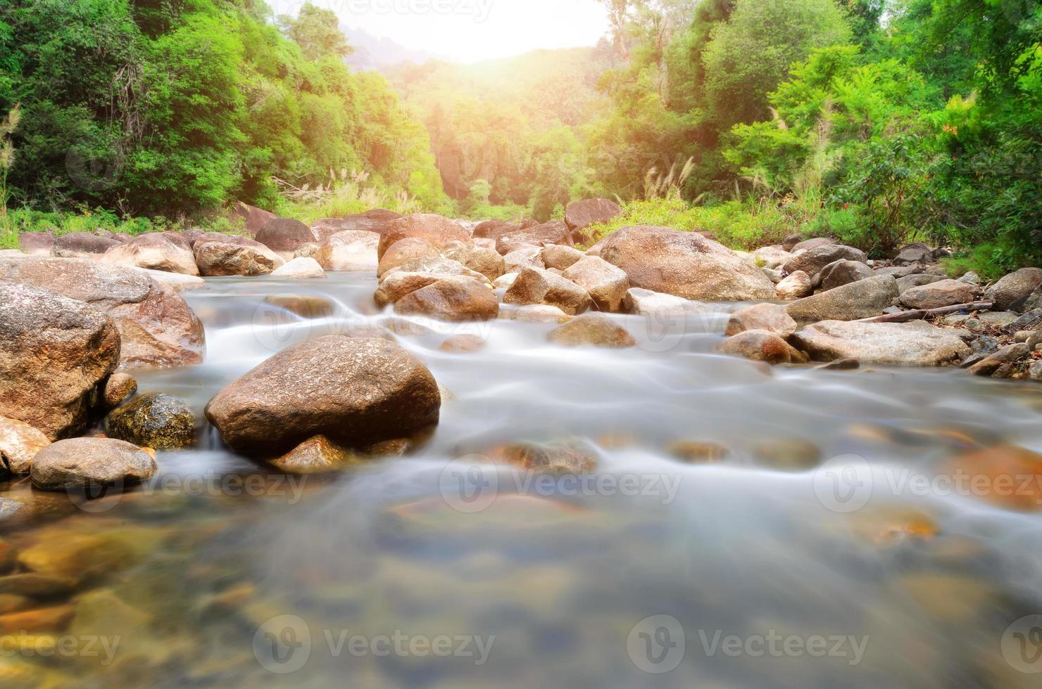 manora pequena cachoeira e rocha na floresta tropical foto