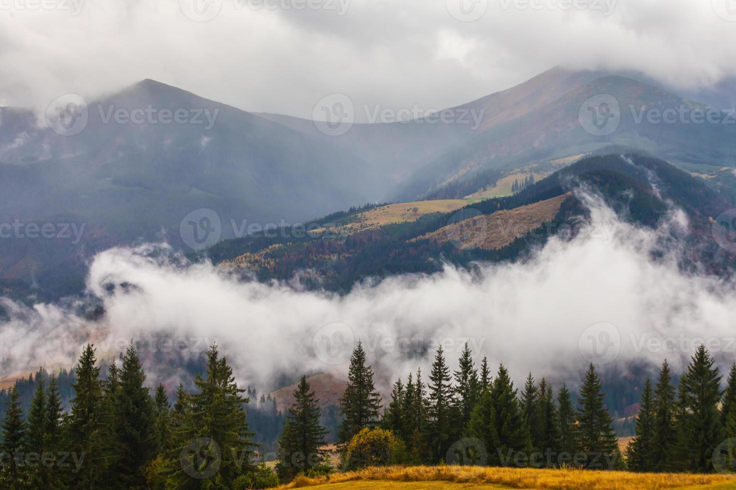 aquecimento global. paisagem montanhosa. nuvens e nevoeiro foto