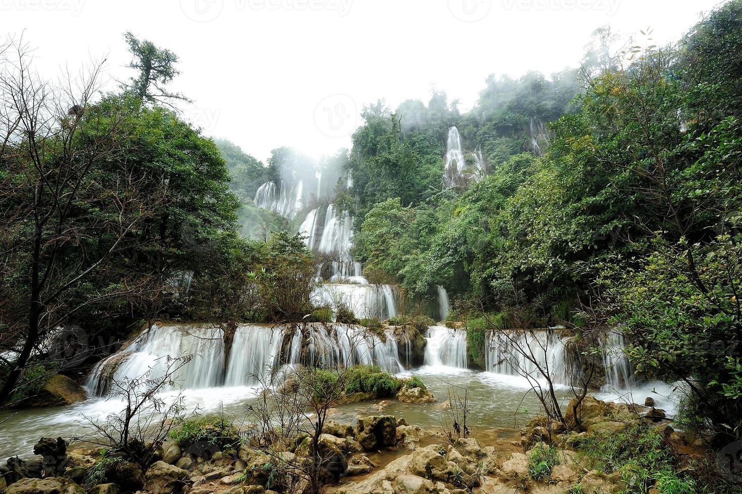 floresta profunda bela cachoeira em thi lo su, tak, tailândia foto