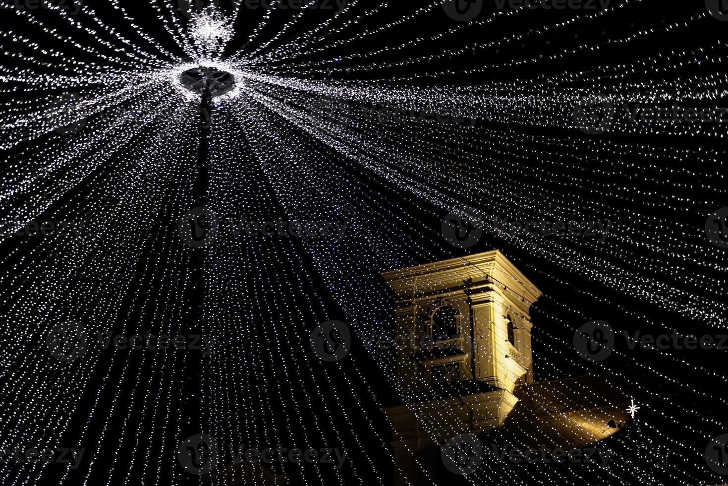 luzes de natal e torre histórica foto