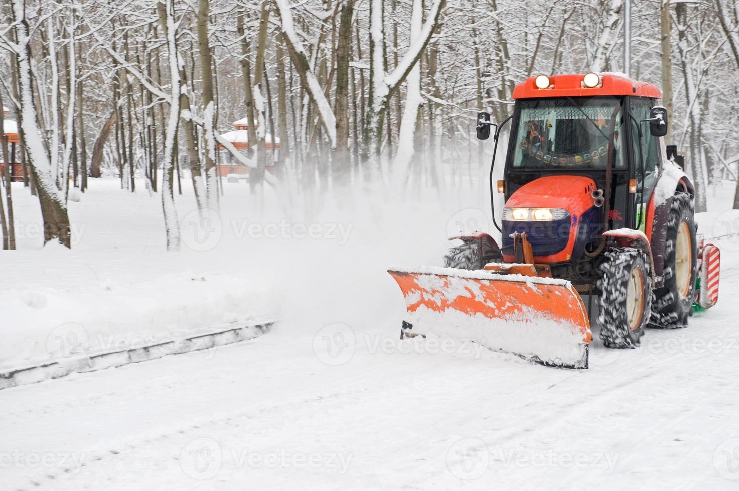 remoção de neve de inverno um pequeno trator foto