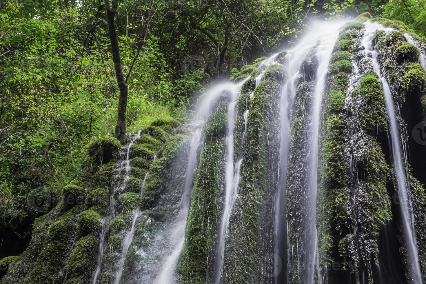bela cachoeira no norte da itália foto