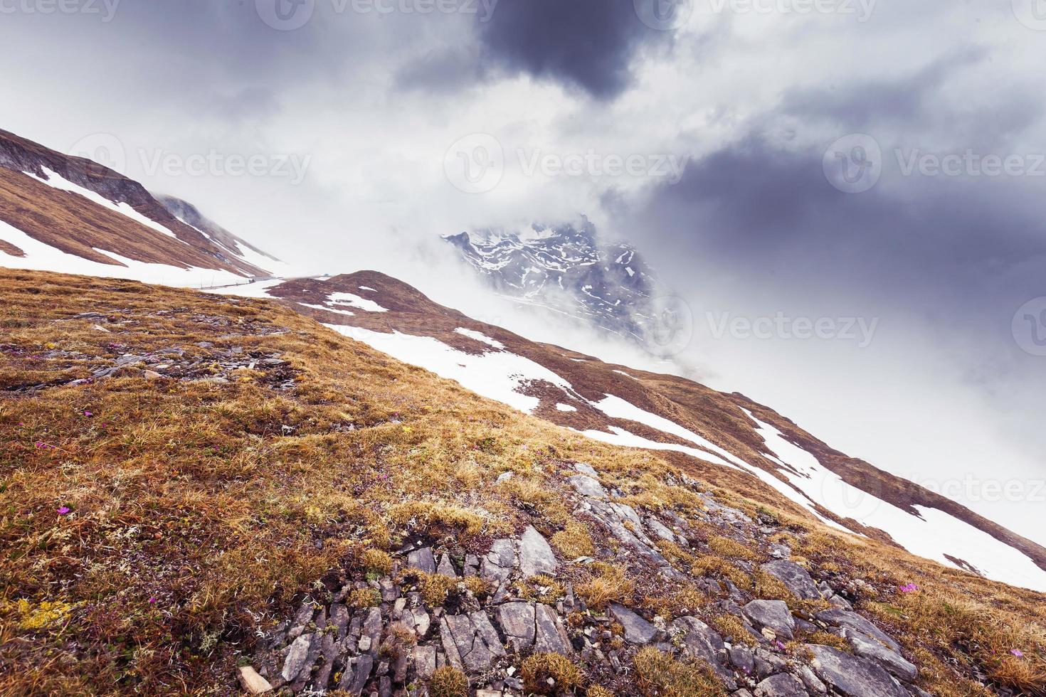 montanhas enevoadas foto