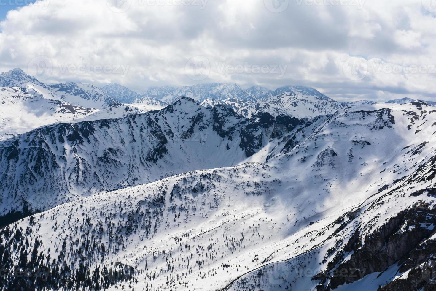 nuvens sobre as montanhas nas montanhas foto