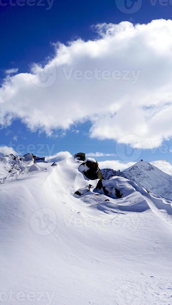 montanhas de neve nos Alpes foto