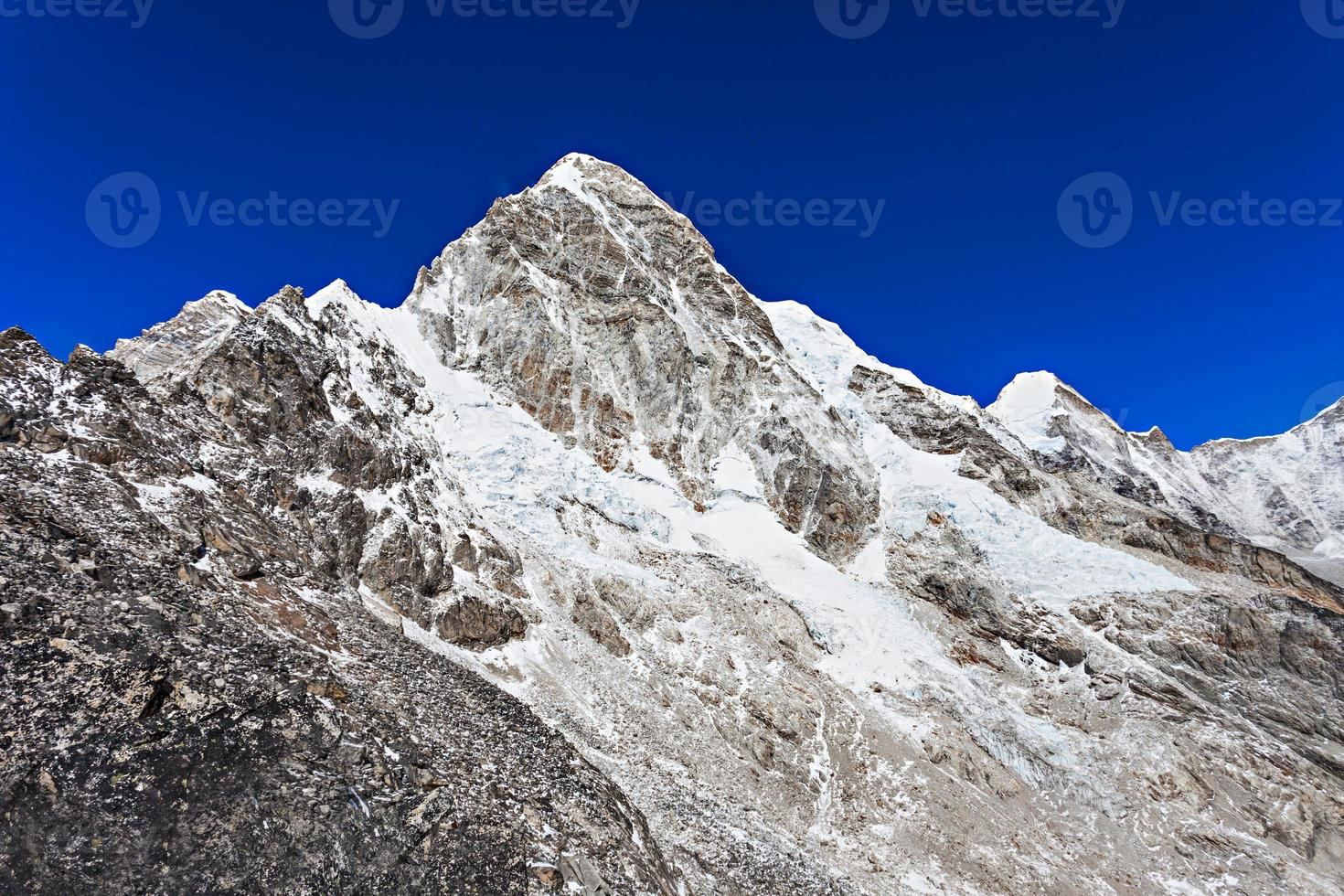 montanha pumori, himalaia foto