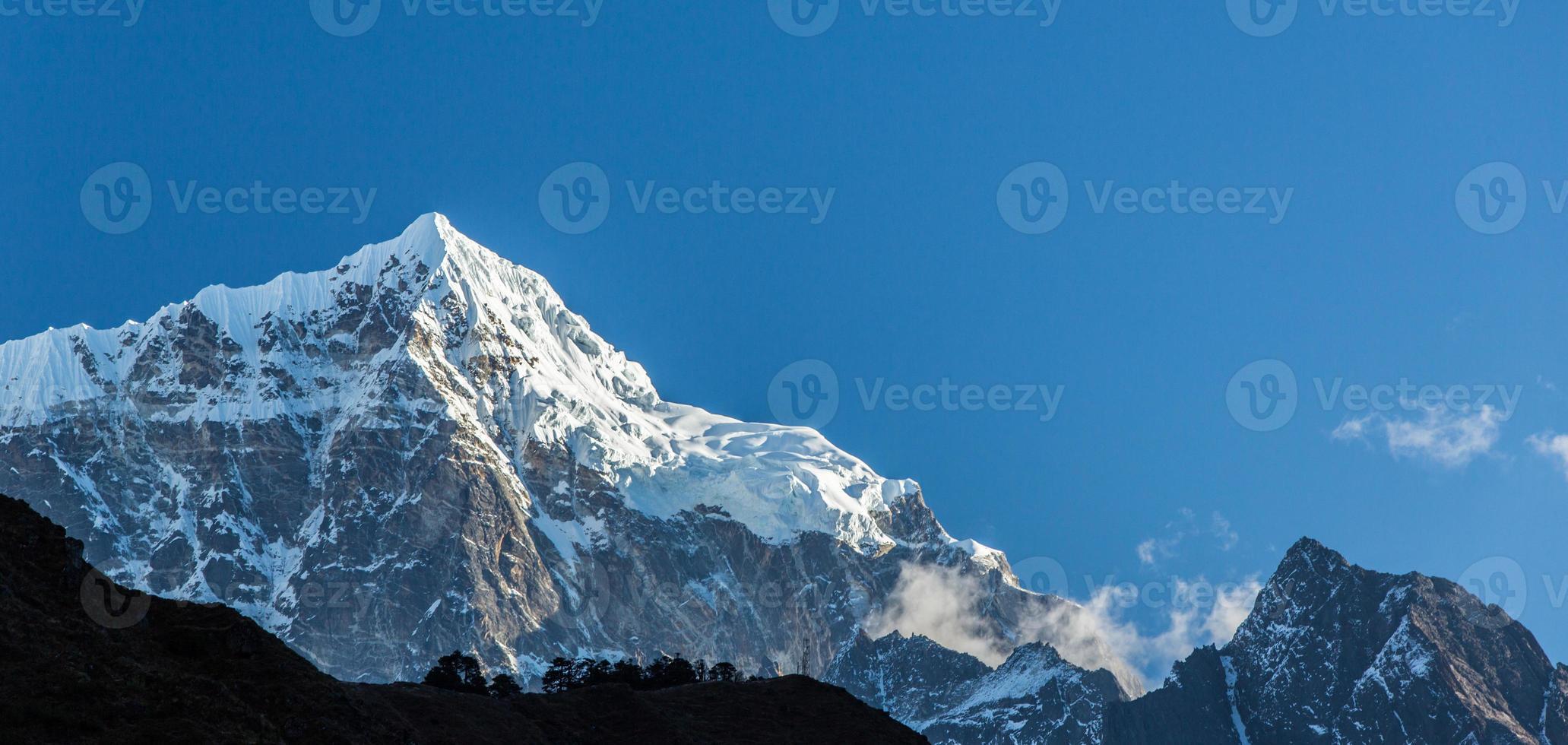 montanhas no himalaia foto