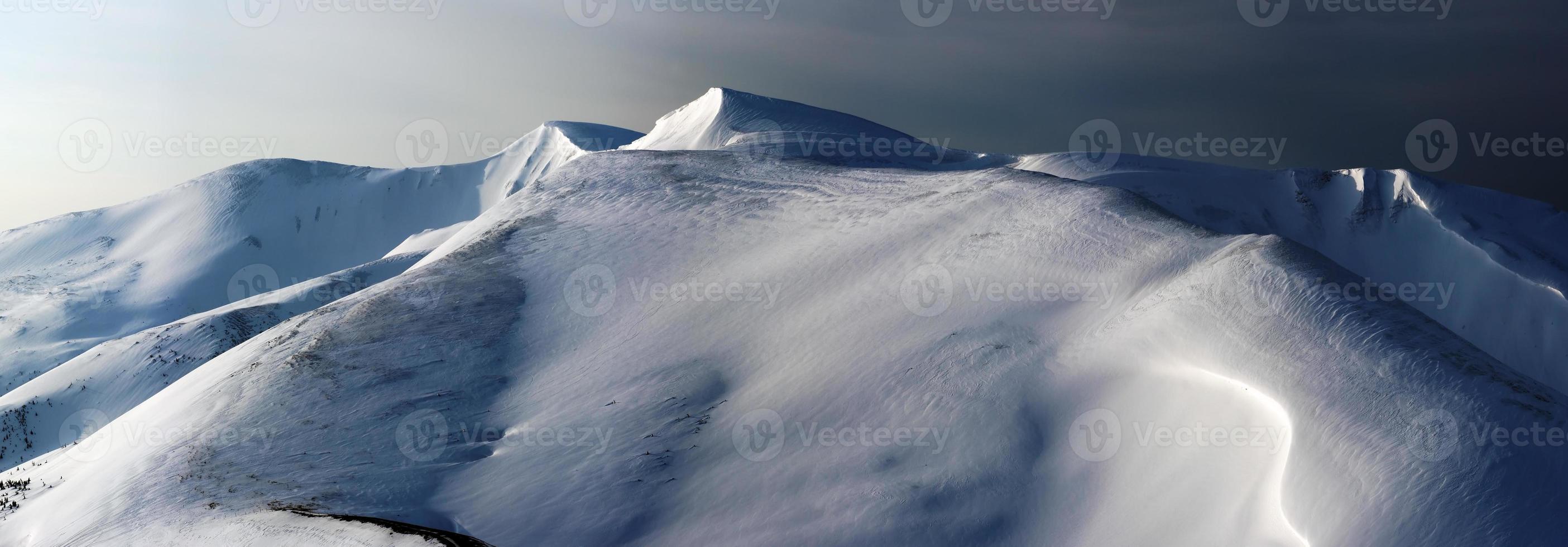 transição dos tons pastéis do dia para a noite nas montanhas de inverno foto