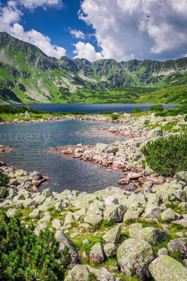 lago cristalino nas montanhas foto