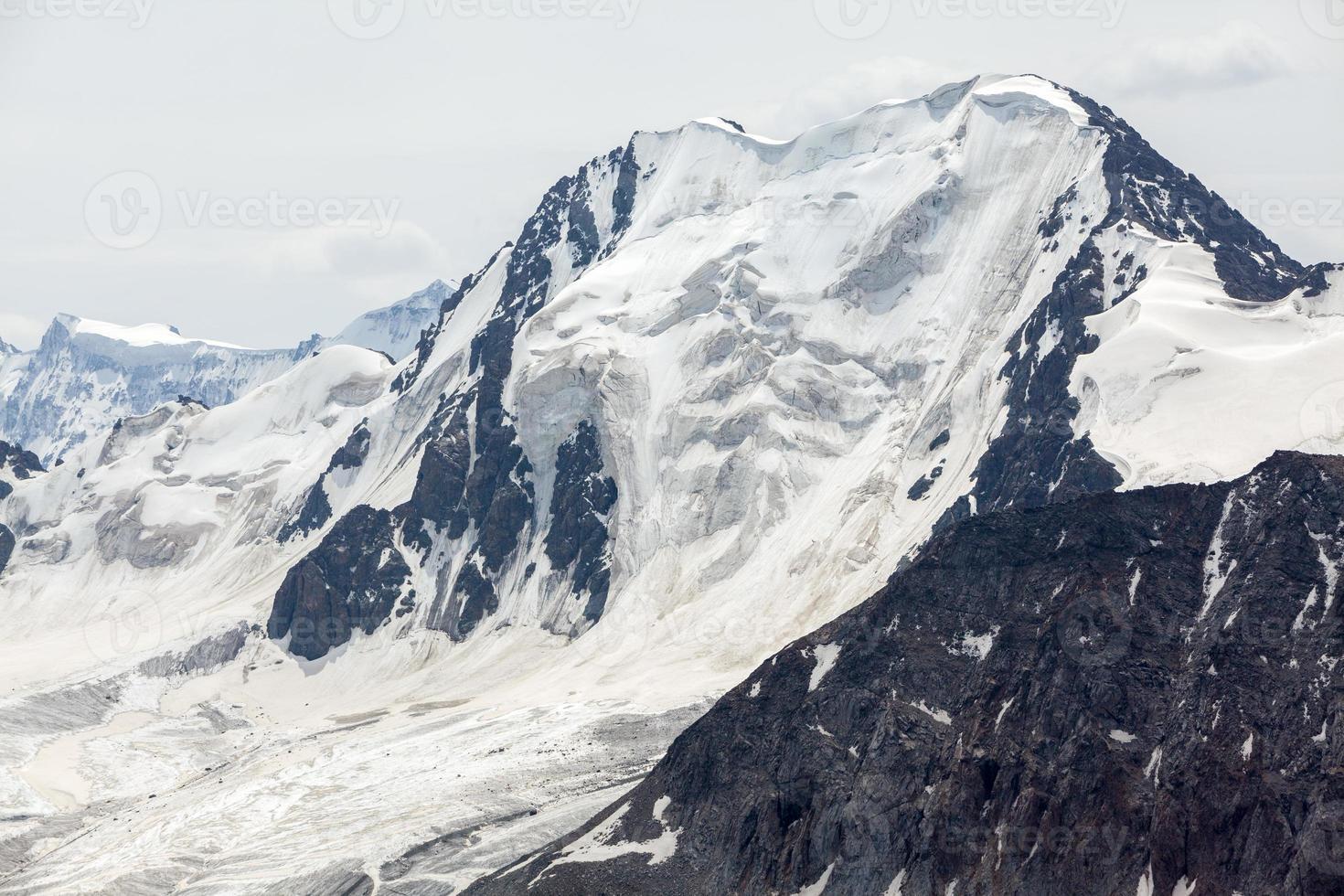 alta montanha com geleira. Quirguistão foto