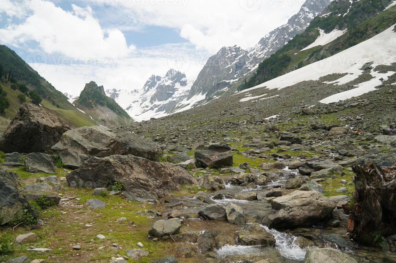 belas montanhas em sonamarg, kashmir, norte da índia foto
