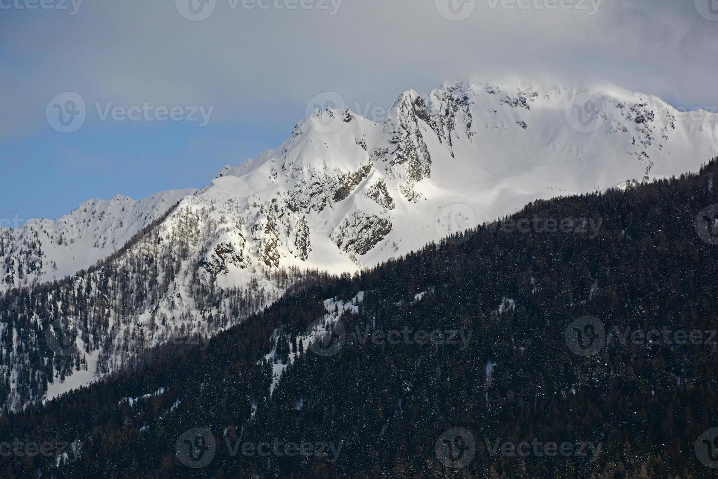 pico da montanha nevado foto